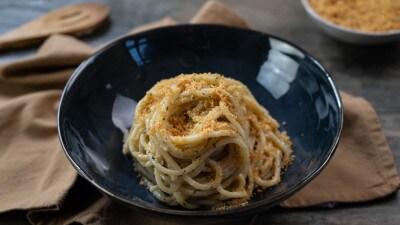 Spaghetti con acciughe, mollica e capperi