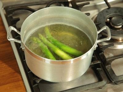 Filetto di manzo crudo ripieno di asparagi caldi