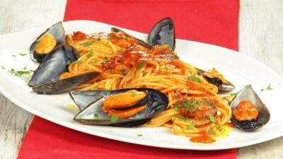 Spaghetti con le cozze e i pelati