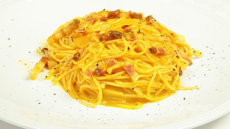 Spaghetti alla carbonara con la cipolla