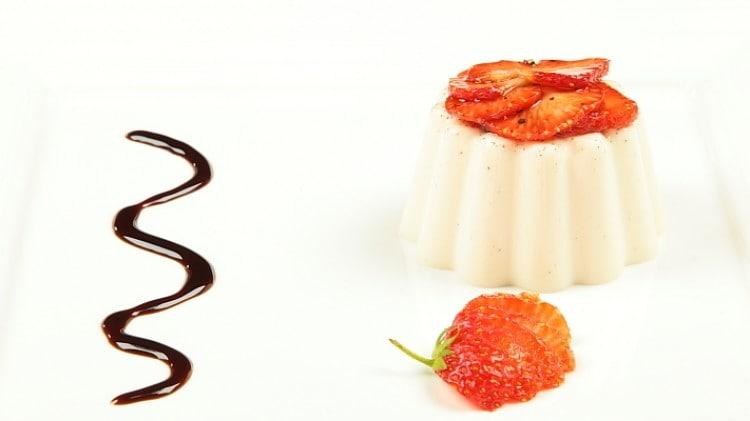 Panna cotta con topping alle fragole e aceto balsamico