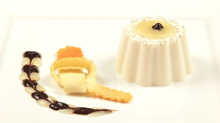 Panna cotta con salsa al cioccolato e alle pere