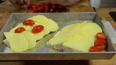 Filetti di spigola al forno con pomodorini e origano
