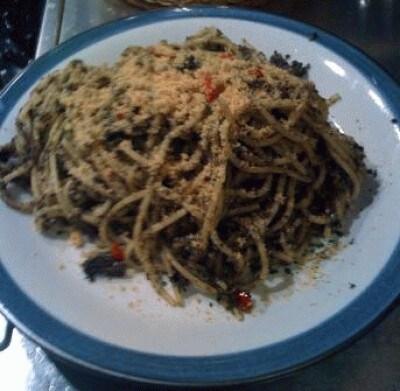 Spaghetti con olive nere e pan grattato di PepeTata