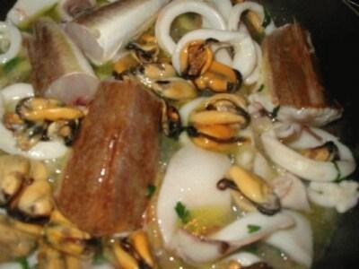 Anelli con sugo di calamari, cozze e gallinelle.