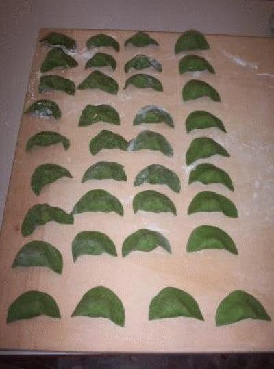 Ravioli verdi ai gamberi con vellutata di zucca e bisque