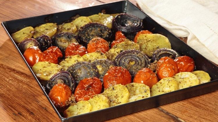 Patate, pomodori e cipolle