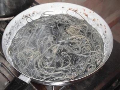 Spaghetti al nero di seppia con salmone e pomodoro fresco