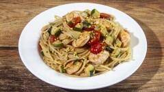 Spaghetti con gamberi zucchine e pistacchi