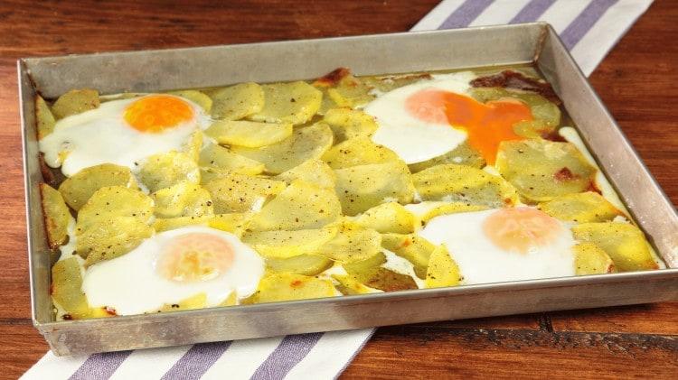 Patate e uova al forno