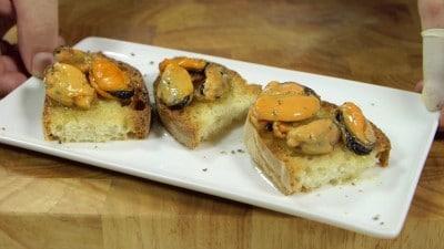Crostini con cozze pepe ed olio