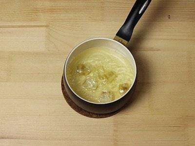 Carpaccio di manzo, salsa ai carciofi, scaglie di parmigiano e olio d'oliva