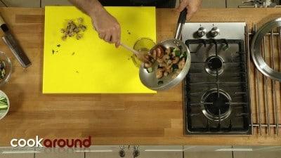 Ravioli di gamberi con vongole e zucchine