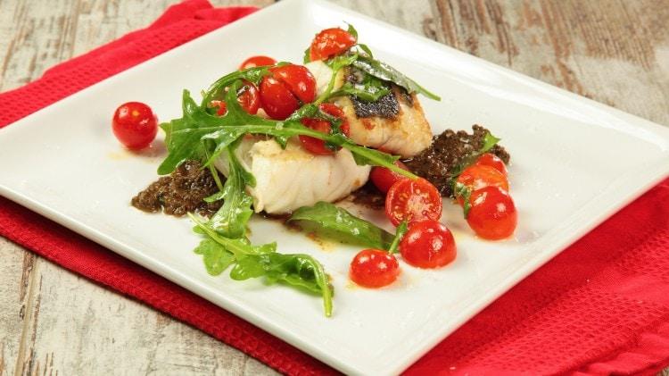 Spigola con salsa di olive e pomodorini
