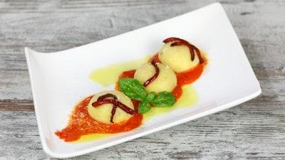 Gnocchi di patate ripieni di ricotta su salsa di peperoni rossi