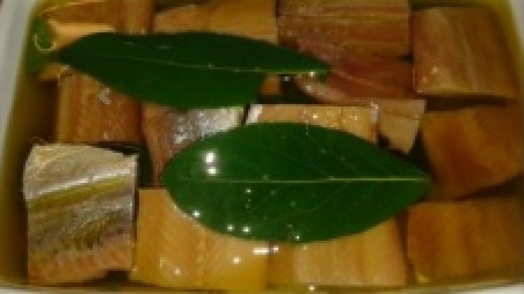 Antipasto di aringa affumicata sott'olio con alloro ed aglio