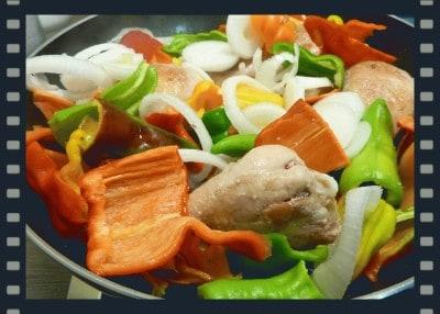 Coscette di pollo con peperoni misti in agrodolce