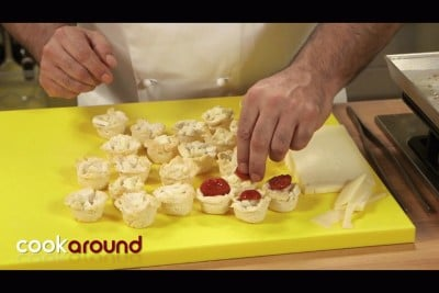 Cestini di pane con pomodoro e formaggio