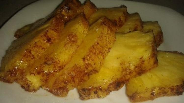Ananas alla brace con crosta di zucchero di canna e cannella
