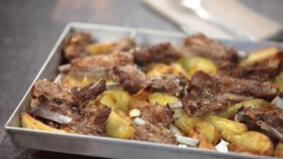 Rosticciana al limone e origano con patate