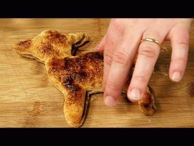 Agnellino di pasta sfoglia con crema di nocciole