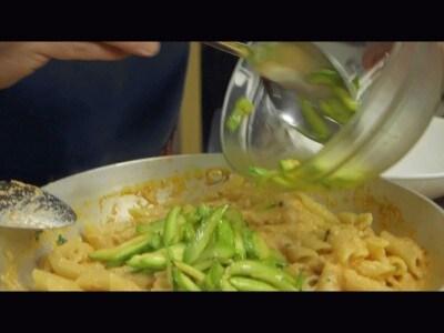 Penne alla polpa di granchio e zucchine
