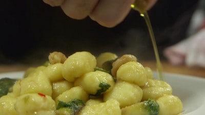 Gnocchi con cavoletti di Bruxelles e gamberetti