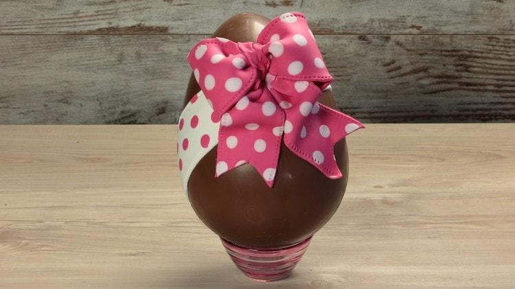 Uovo di Pasqua con fiocco