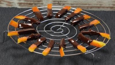 Scorze d'arancia candite e rivestite con cioccolato fondente