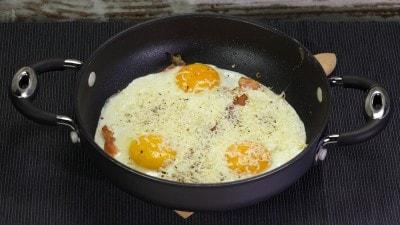 Uova con speck e ricotta salata