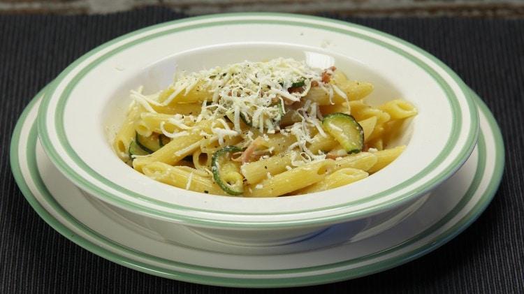 Penne speck, zucchine e ricotta salata