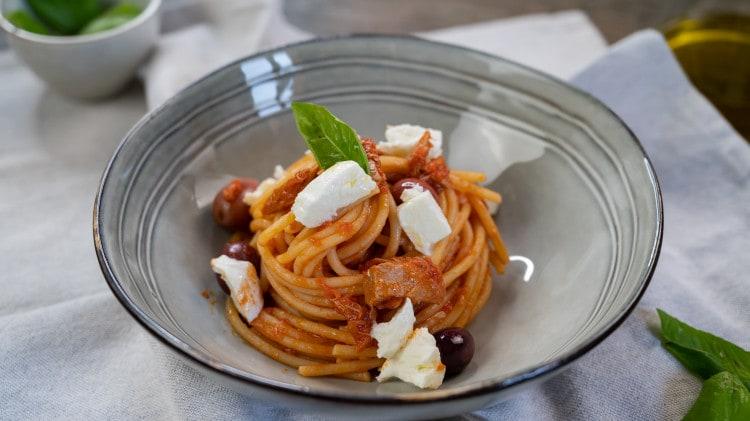 Spaghetti alla caprese con tonno