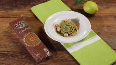 Spaghetti integrali con pesto di lattuga e gamberetti rosa