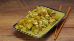 Pollo al curry con albicocche e mele verdi