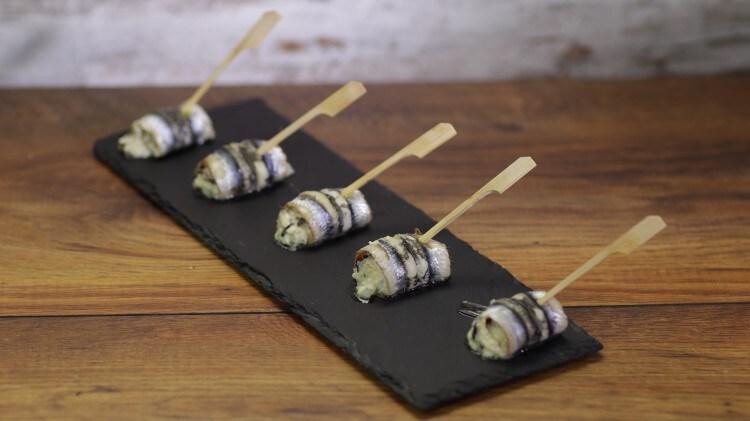 Involtini di acciughe con feta e olive