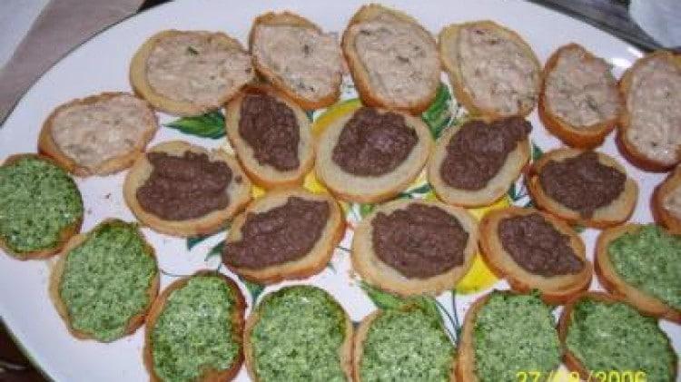 Crostini on crema di prezzemolo e di tonno