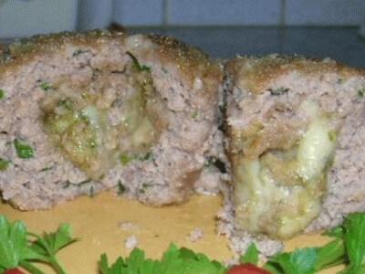 Timballino di carne con cuore di formaggio aromatizzato al pesto