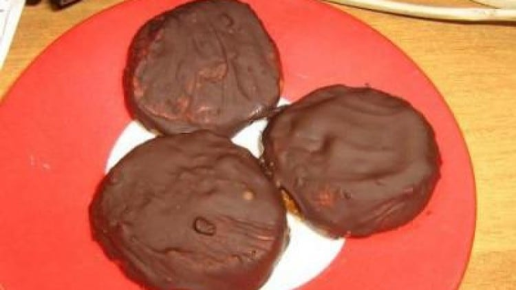 Biscotti alle nocciole con glassa di cioccolato