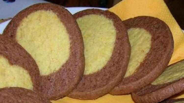 Biscotti bicolore all' arancia e cioccolato