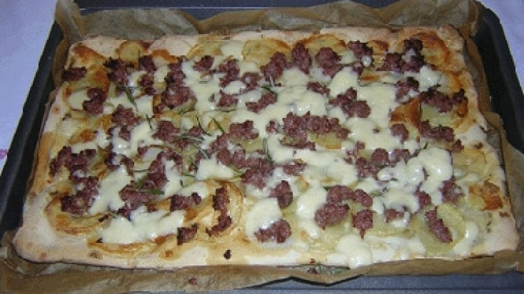 Pizza con patate, salsiccia piccante e rosmarino