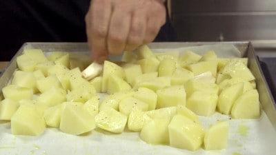 Pollo al forno al vino bianco con patate