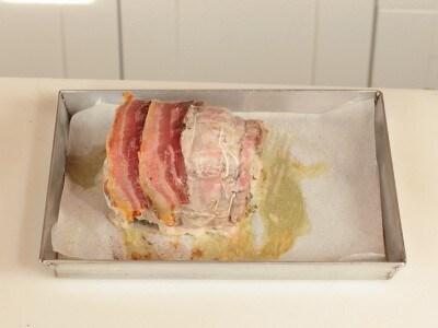 Arista di maiale arrosto farcita con pesto di salvia e rosmarino