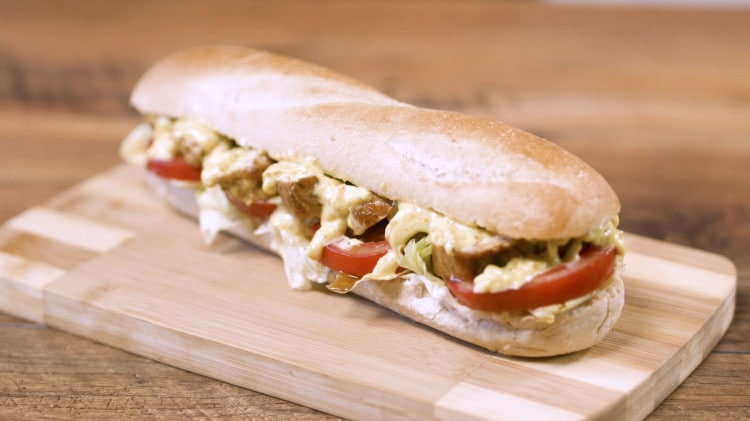 Sandwich con pollo e salsa al curry
