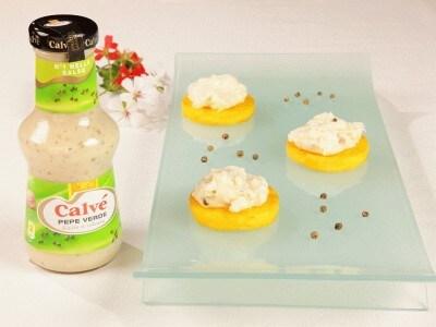 Dischetti di polenta croccanti con crema allo stracchino e pepe verde