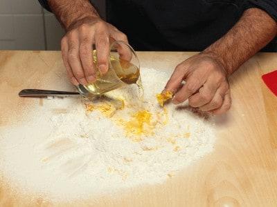 Tortelli fritti farciti con ricotta all'alchermes