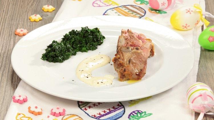 Carrè d'agnello con spinaci e salsa alla senape