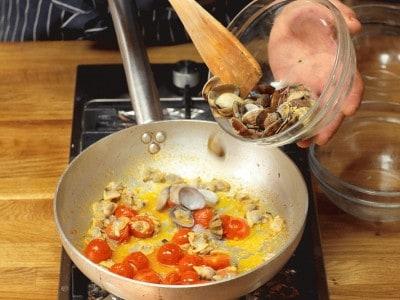 Linguine con pomodorini, vongole e pinoli