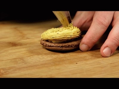 Macarons al cioccolato con crema al burro al caffè