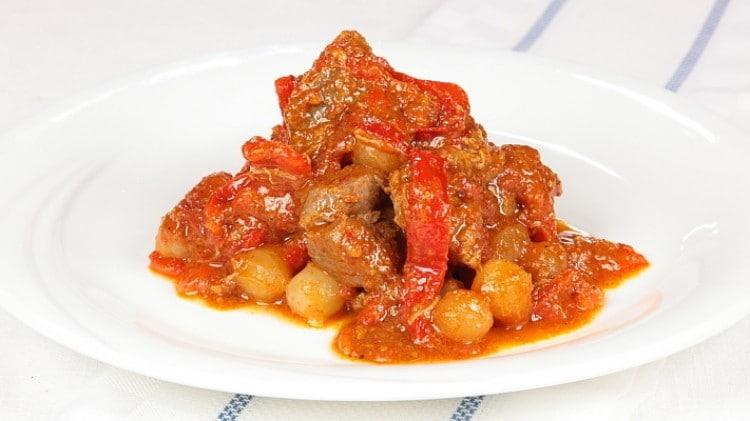 Agnello con peperoni e cipolline
