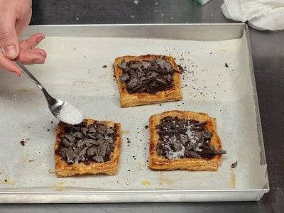 Tortine sfogliate al cioccolato, mandorle e fior di sale